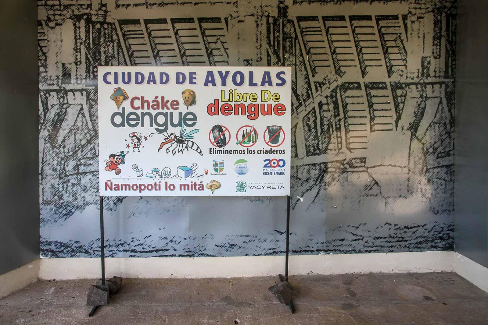 Schild mit Dengue-Warnung in Paraguay